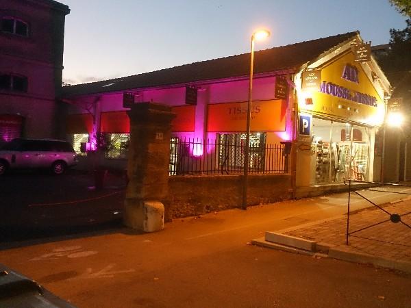 Depuis 4 g&eacute;n&eacute;rations, AIX MOUSSE ET TISSUS est votre grand magasin &agrave; Aix en Provence vous proposant tous vos tissus au m&egrave;tre, la d&eacute;coupe de mousse sur mesure, toutes vos fournitures de mercerie et laine et bien d&#039;autres choses encore.<br /> <br /> Atelier de confection ameublement sur place.<br /> <br /> Grand parking clients gratuit sur place
